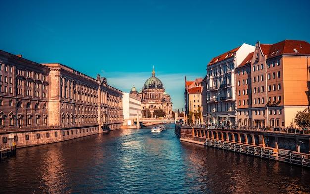 Berlin allemagne septembre cathédrale de berlin vue de la rivière à une journée ensoleillée