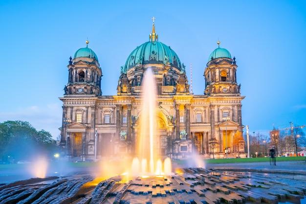 Berliner dom à berlin, allemagne la nuit sur l'île aux musées, dans l'arrondissement de mitte