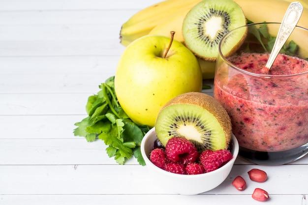 Berry dessert smoothie banane noisettes kiwi pommes persil framboise pour le petit déjeuner.