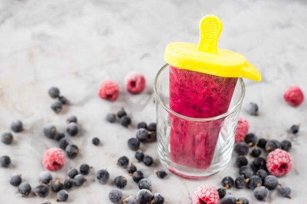 Berry glace sur un bâton dans des verres transparents
