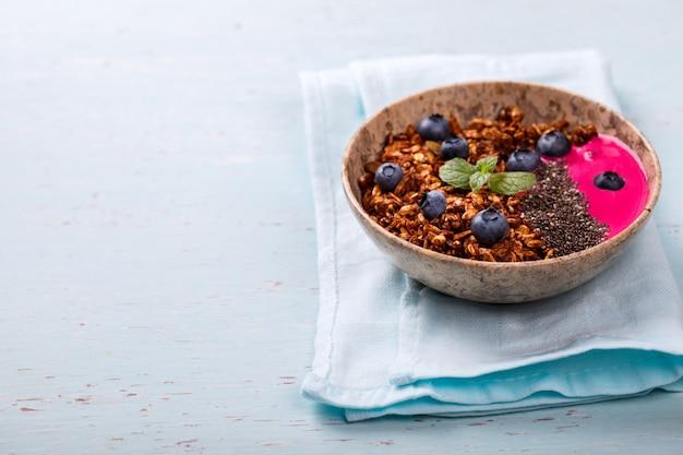 Berry smoothie gruau, granola avec yaourt