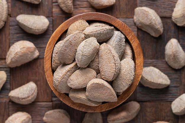 Bertholletia décortiqué, noix du brésil dans un bol en bois, vue de dessus.