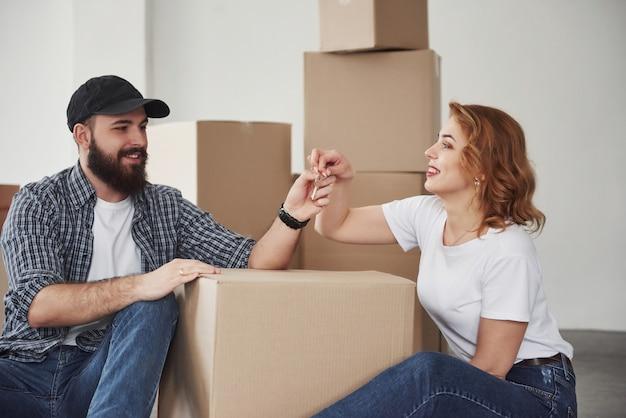 Besoin de faire une copie de ces clés pour moi. heureux couple ensemble dans leur nouvelle maison. conception du déménagement