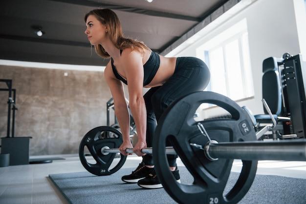 Besoin de force et d'endurance pour cela. photo d'une superbe femme blonde dans la salle de sport pendant son week-end