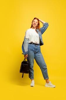 Besoin d'un minimum de vêtements pour y aller. portrait de femme caucasienne sur espace jaune