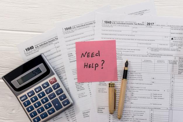 Besoin d'un texte d'aide sur le formulaire 1040 avec un stylo et une calculatrice