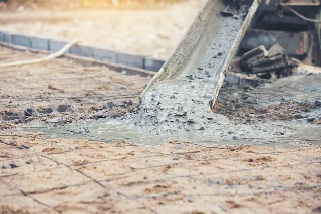 Béton de béton coulé lors des travaux de bétonnage du bâtiment d'architecture