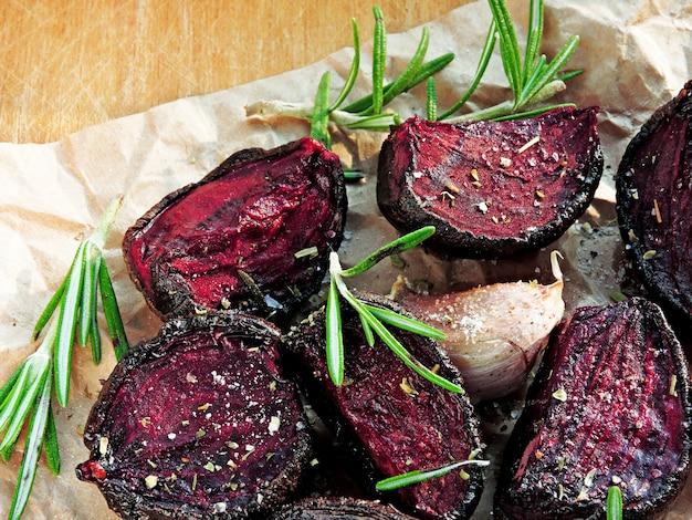 Betterave cuite au four avec ail et romarin. concept de nourriture végétarienne