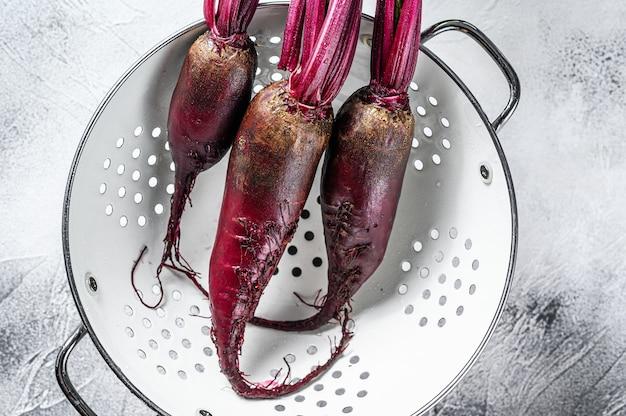 Betterave violette bio lavée dans une passoire