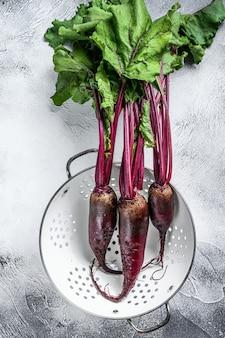 Betteraves violettes bio lavées dans une passoire