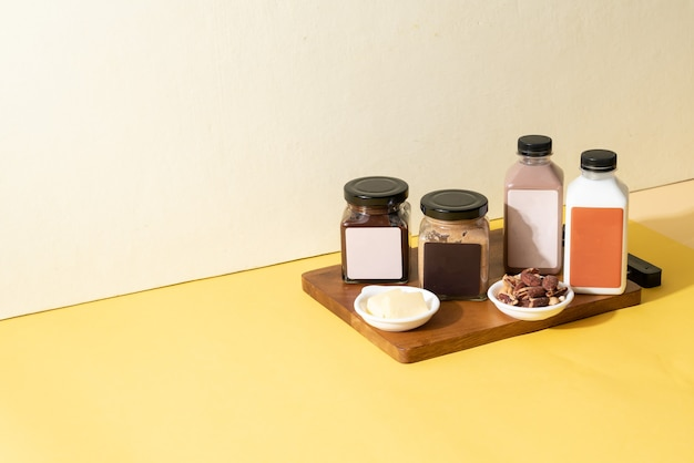 Beurre d'amande à tartiner et pot à tartiner au beurre de chocolat aux amandes avec lait d'amande et bouteille de lait au chocolat aux amandes