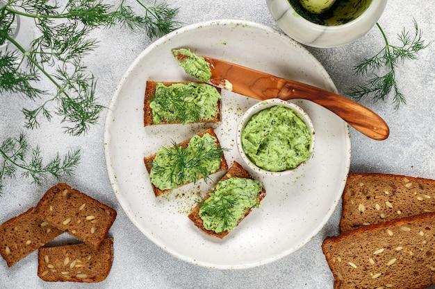 Beurre à l'aneth sur pain de seigle aux graines de tournesol