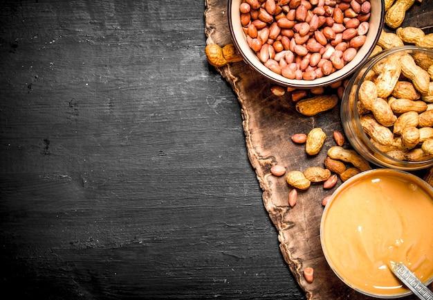 Beurre d'arachide aux noix dans un bol sur un tableau noir.