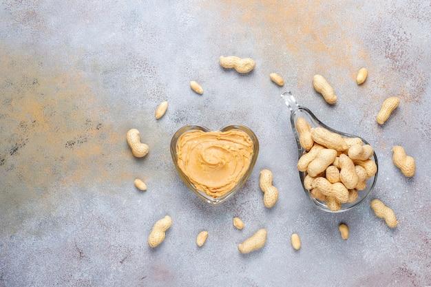 Beurre d'arachide biologique fait maison avec des arachides.