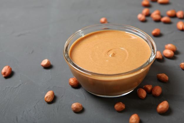 Beurre d'arachide crémeux sur la pâte d'arachide de table