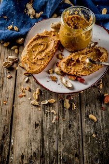 Beurre d'arachide avec des sandwichs