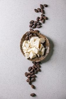 Beurre de cacao haché sur un bol