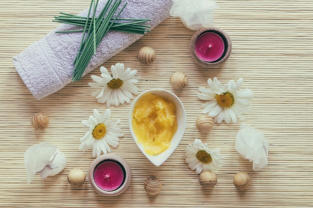 Beurre de karité, serviette et camomille
