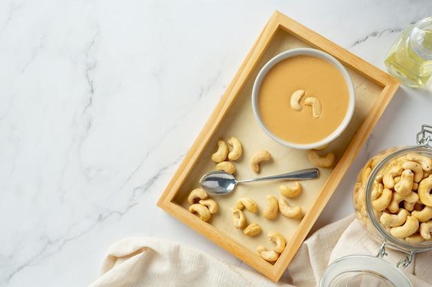 Beurre de noix de cajou sur fond de marbre