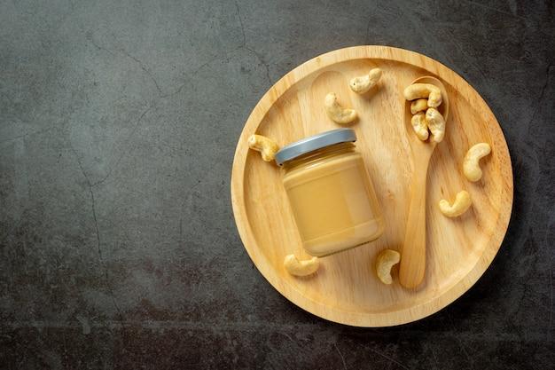 Beurre De Noix De Cajou Sur Fond Sombre Photo gratuit