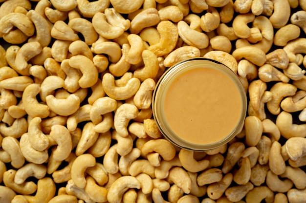 Beurre de noix de cajou sur fond sombre