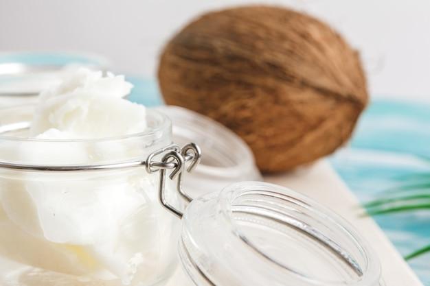 Beurre de noix de coco sur bois. aliments sains bio