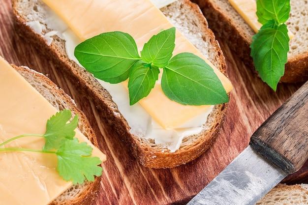 Beurre et pain pour le petit déjeuner, avec du persil sur une surface en bois rustique