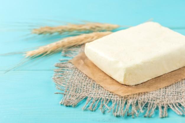 Beurre sur table en bois bleu.