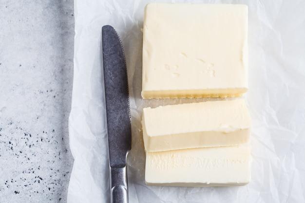 Beurre tranché sur papier blanc