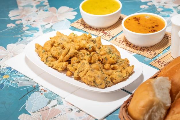 Bhajiya ou pakora est fait avec de la farine de pois chiches et des épinards, c'est la nourriture de rue préférée des indiens et des pakistanais