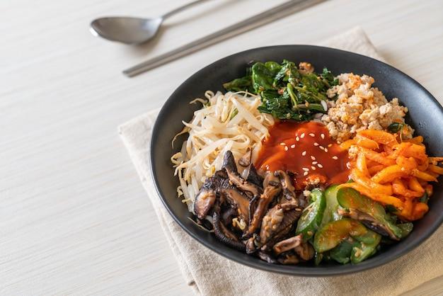 Bibimbap, salade épicée coréenne avec bol de riz - style de cuisine traditionnelle coréenne