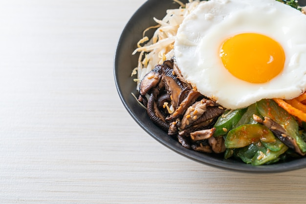 Bibimbap, salade épicée coréenne avec riz et œuf frit - style de cuisine traditionnelle coréenne