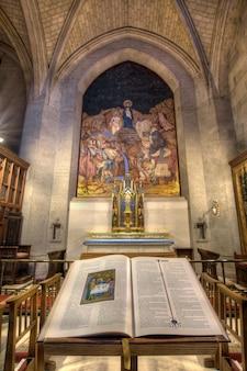 La bible et le crucifix de la cathédrale grace