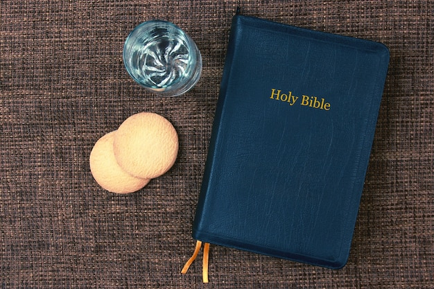 La bible est du pain et de l'eau sur la table