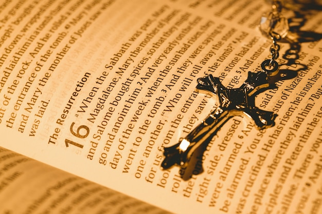 Bible ouverte et crucifix en argent