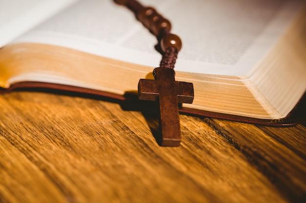Bible ouverte avec des perles de chapelet