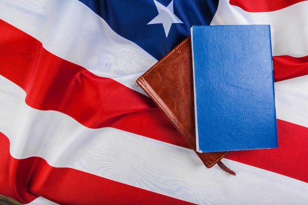 Bible, pose, sommet, drapeau américain