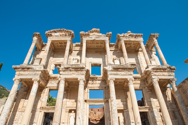 Bibliothèque de celsus dans l'ancienne ville d'ephèse, en turquie. ephèse est un site du patrimoine mondial de l'unesco