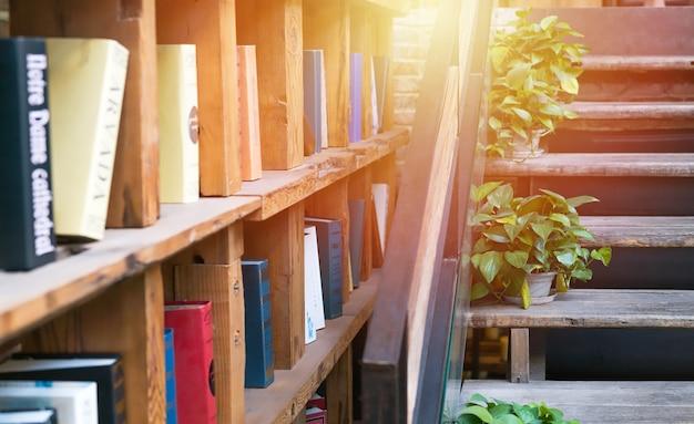 Bibliothèque dans le coin bibliothèque du café. concept d'éducation