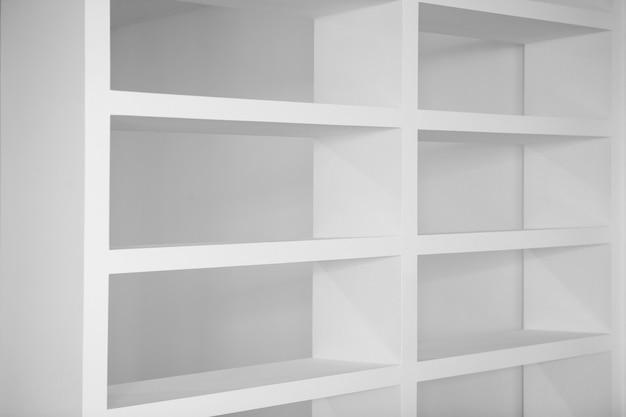 Bibliothèque dans les étagères vides blancs vides