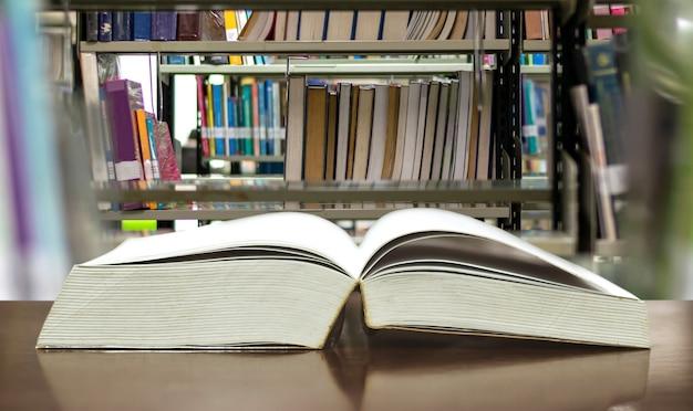 Bibliothèque de livres éducatifs mise sur la table etude pour l'apprentissage et l'enseignement des connaissances