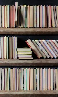 Bibliothèque, livres sur les étagères se bouchent. bibliothèque. retour à l'école.