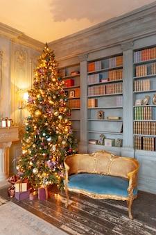 Bibliothèque de maison de chambre intérieure décorée de noël classique avec cheminée