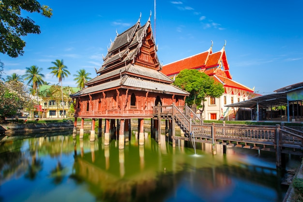 La bibliothèque sur pilotis du temple wat thung si muang à ubon ratchatani