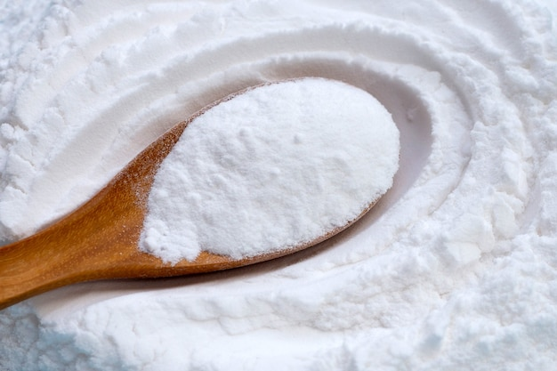Le bicarbonate de soude dans une cuillère en bois