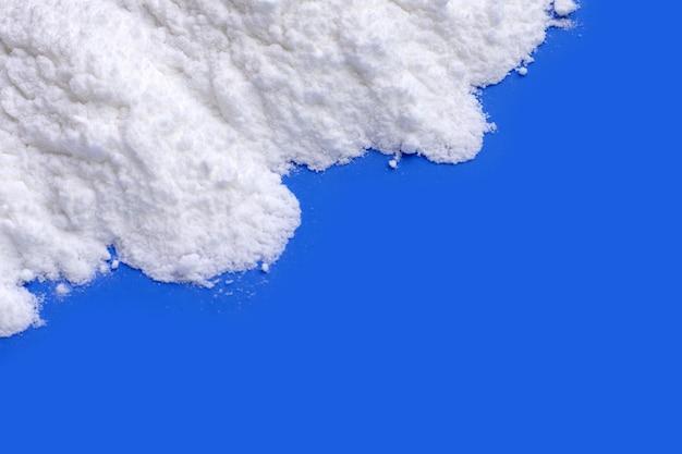Bicarbonate de soude sur fond bleu.