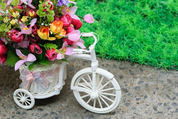 Bicyclette décorée de belles fleurs.