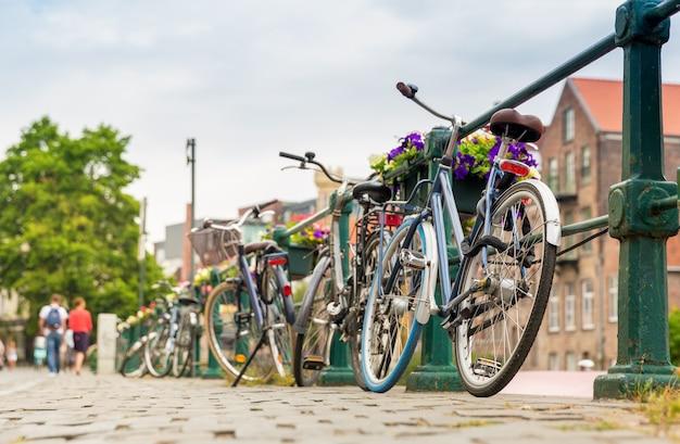 Bicyclettes et façade de bâtiment ancien, vieille ville européenne. tourisme d'été et voyages, célèbre monument de l'europe