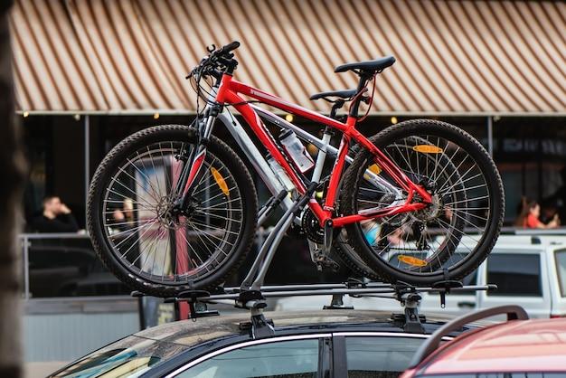 Bicyclettes situées sur la voiture