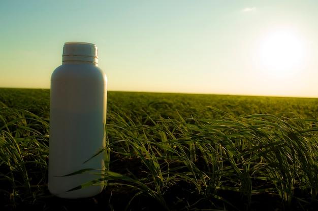 Bidon blanc dans le contexte des bidons agricoles de différents types de produits chimiques